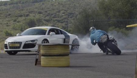 Jorian Ponomareff sobre una BMW S1000RR contra un Audi R8