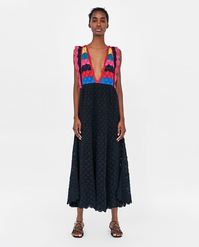 8c4283f1d Uno de los vestido que ya está arrasando es el perteneciente la colección  de punto. Un diseño largo de crochet negro con colores en el escote 49
