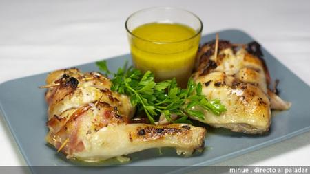 Pollo asado con hierbas aromáticas y bacon. Receta