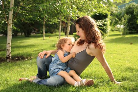 La AEP publica un informe a favor de la lactancia materna en niños mayores (sí, los que ya caminan y corren)