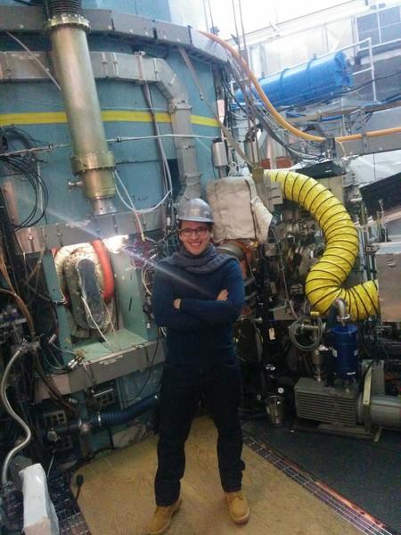 Detrás de Pablo Fernández, el reactor Alcator C-Mod del MIT