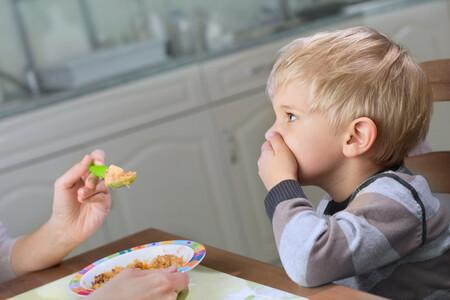 Estas son las frases que no deberías decir jamás a un niño que no quiere comer