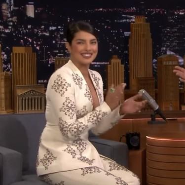 Priyanka Chopra luce un traje de fiesta ideal y es de una firma española