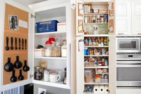 Siete secretos para ordenar tu cocina como en tus mejores sue os - Ordenar armarios cocina ...