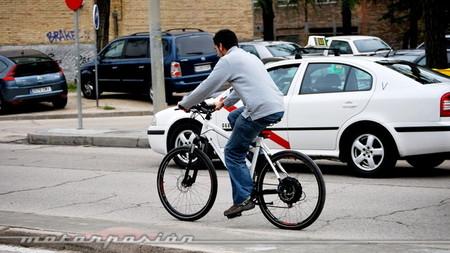 Ciclista sin casco en ciudad