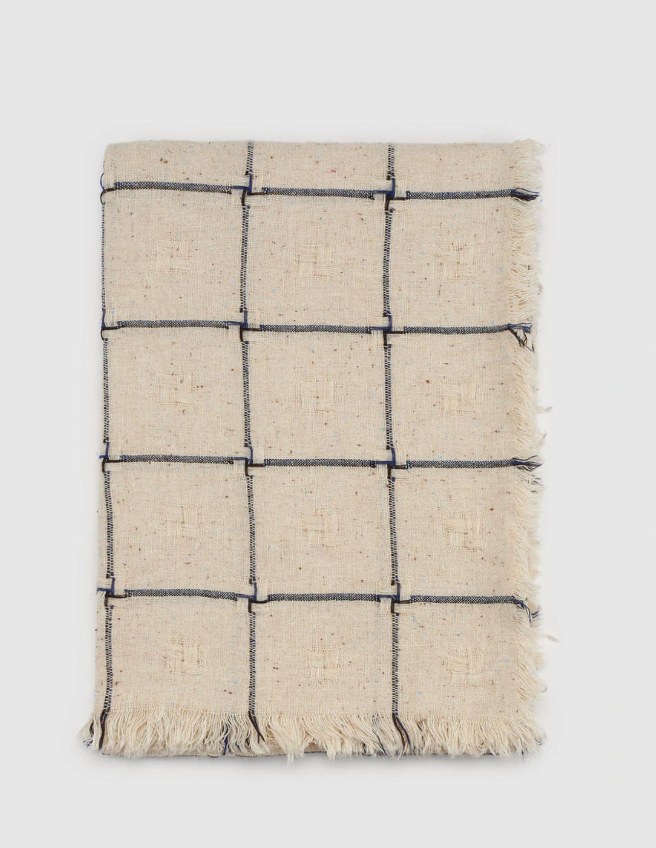 Maxi bufanda Southern Cotton en blanco con bordado de cuadros azules