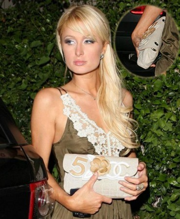 Paris Hilton y su bolso de mano Chanel