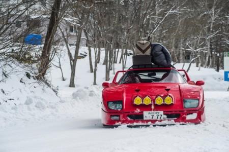 Estás tardando en ver a este Ferrari F40 derrapando en la nieve de Ryuoo