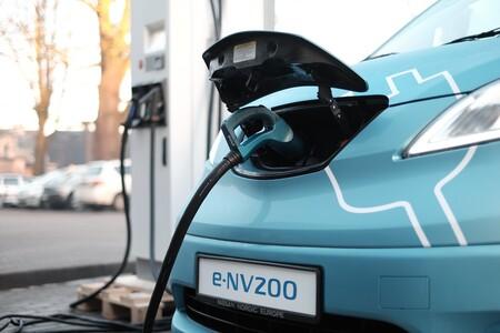Un carril que carga la batería de tu auto mientras transitas sobre él: ahora quieren meter cargadores inalámbricos bajo las carreteras