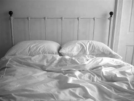 Muere un bebé aplastado en la cama de sus padres (sin embargo es mentira)