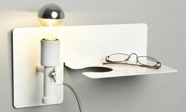 El soporte Sunday: balda, lámpara y candelero en una pieza