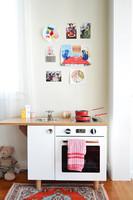 Hazlo tú mismo: una cocina de juguete con unas viejas mesitas