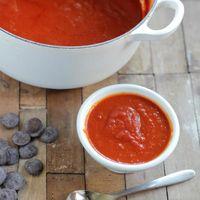 Salsa intensa de tomate con un toque de chocolate y vermut, la receta de tomate solo para adultos