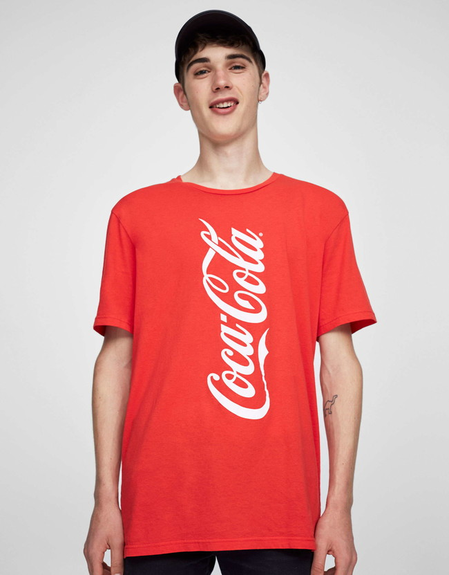Pull&Bear en retro-pop: así es su colección con Coca-Cola para este verano