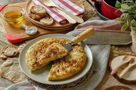 Tortilla de patatas con cebolla caramelizada: un toque dulce para tu pincho favorito