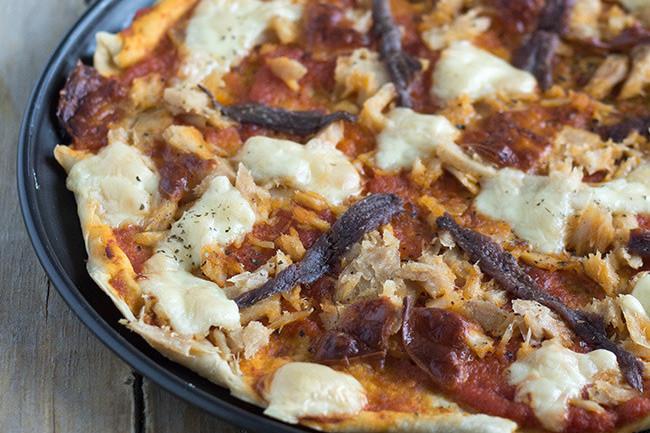 Pizza de bonito y anchoas, receta para compartir (o no)