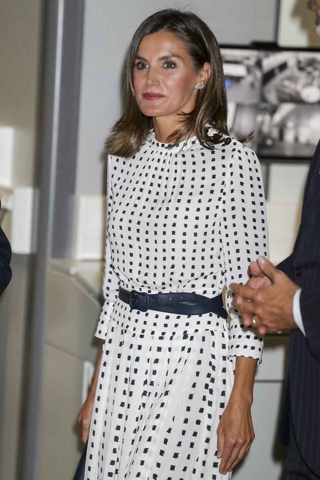 La Reina Letizia sorprende con un vestido de Massimo Dutti tan bonito... que ya está agotado