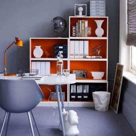 Un mueble pintado de naranja.