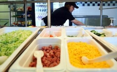 Monitores de comedor escolar aprenden a hacer compost con los restos orgánicos de los menús de los alumnos