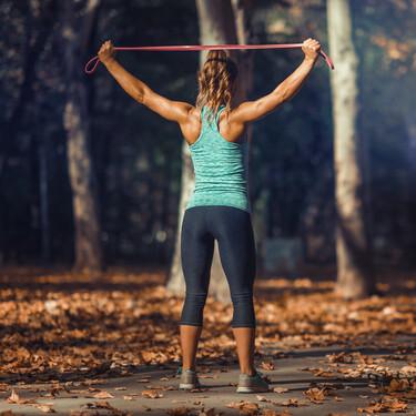 Una rutina de 13 ejercicios solo con una banda elástica para principiantes