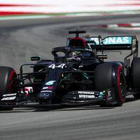 Lewis Hamilton consigue su 92º pole position y Carlos Sainz saldrá séptimo en Barcelona, pero con sabor agridulce