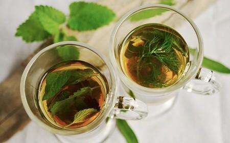 9 tés medicinales con plantas fáciles de encontrar que cuidarán tu salud