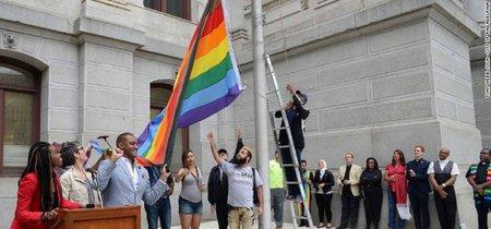 La bandera LGBTQI ahora tiene más colores para incluir a minorías raciales. Y el resultado es... raro
