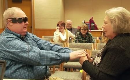 Cuando el amor deja de ser ciego: un hombre vuelve a ver a su mujer tras 10 años