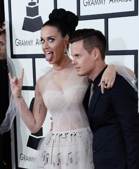 Katy Perry se crece cuanto más difícil es el look y falla al volverse formal