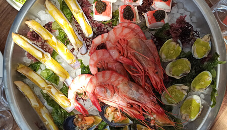 Casa Jondal, el posiblemente mejor chiringuito de España, consagrado al caviar, al pescado y la brasa en las costas de Ibiza