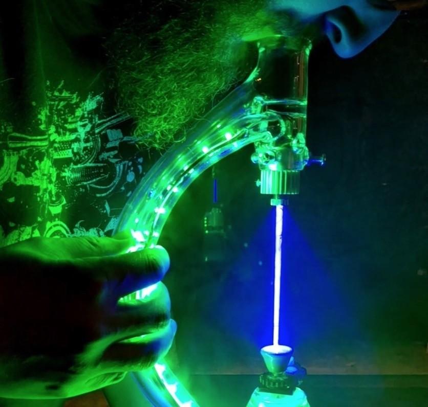 Un invento digno de Rick Sánchez: para fumar este reciente láser bong necesitarás 2.400 dólares y gafas de protección