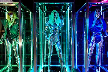 Lady Gaga saca del armario las prendas y accesorios que han marcado su carrera y las exhibe de forma gratuita en Las Vegas (incluido el famoso vestido de carne)