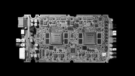 Tesla vuelve a prometer que sus coches serán pronto 100% autónomos y presenta el ordenador que lo hará posible