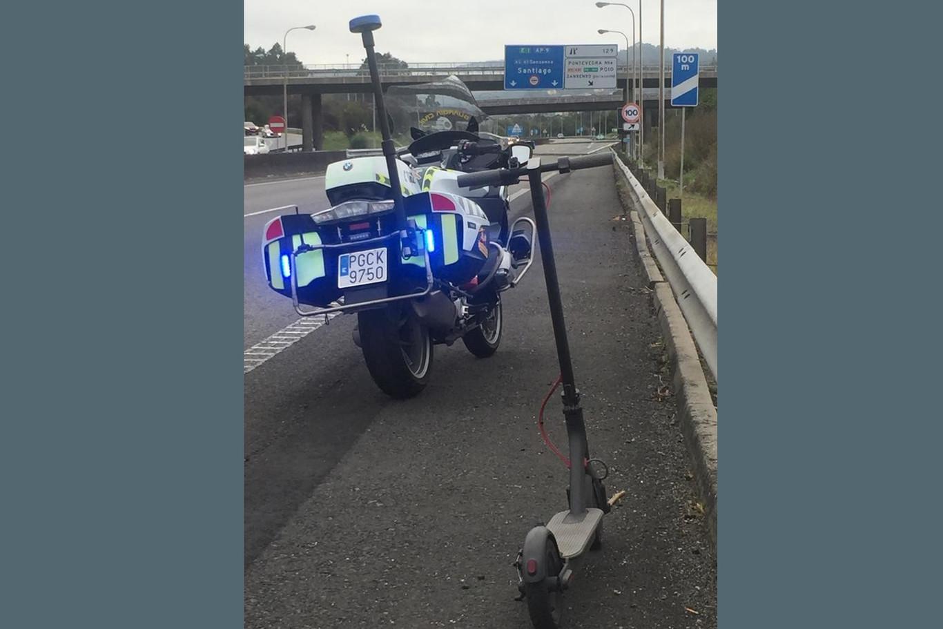 Cazada una mujer en patinete eléctrico, cruzando una mediana y circulando por una autopista gallega