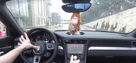 Instalarle Doom a un Porsche 911 es la forma más alucinante de jugar y acabar con tu vida al mismo tiempo