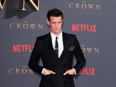 Matt Smith domina el traje a rayas como nadie en el estreno de The Crown en Londres
