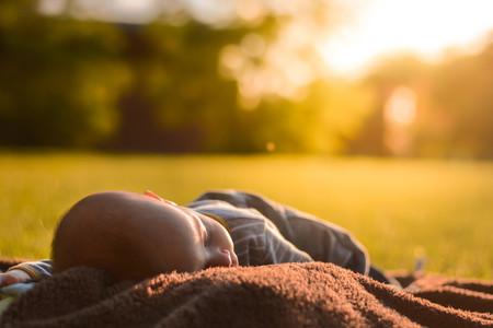 Dormir la siesta al aire libre tiene múltiples beneficios para la salud de los niños