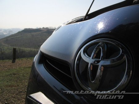 Toyota_Prius_capó_chapita.jpg
