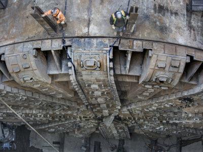 Atravesando la construcción del túnel gigante de Seattle a vista de dron