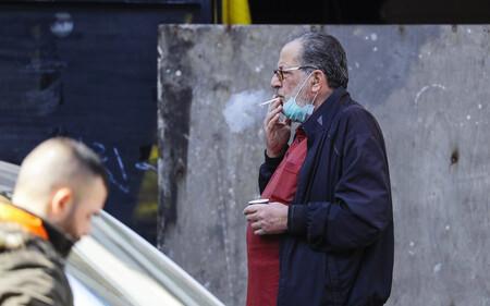 Si subes el impuesto del tabaco, quien deja de fumar es el rico: la doble condena del fumador pobre