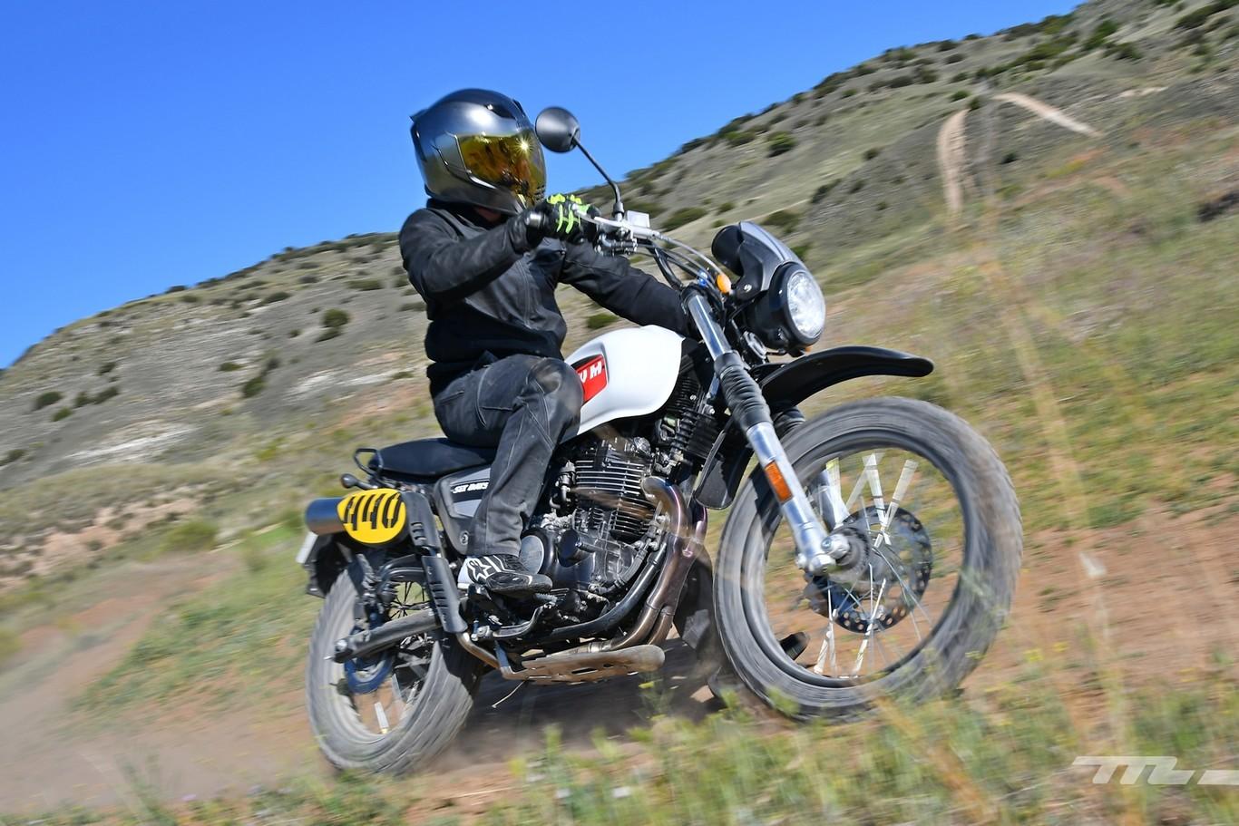 Probamos la SWM Six Days 440: una moto trail pura para el carnet A2, sencilla y asequible