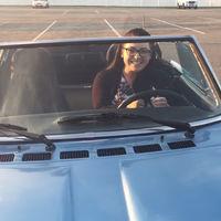 El vídeo cuqui del día viene cuando a esta moza le regalan el Fiat 2000 Spider que siempre soñó tener
