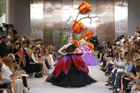 Desfile alta costura otoño-invierno 2010/2011 de Christian Dior. A sus pies, Sr. Galliano