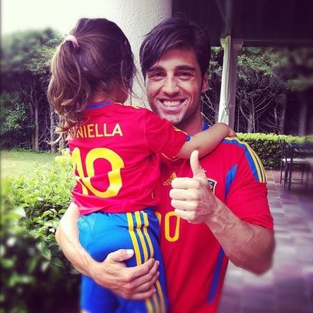 Bustamante y su hija, totalmente equipados, animando a 'La Roja'