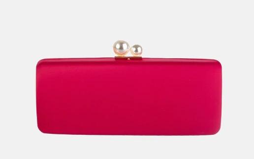 Clutch de raso rojo con detalle de perlas