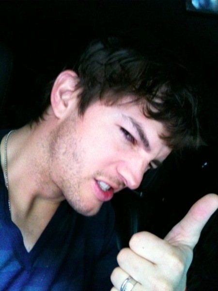 Ashton Kutcher anda mendigándole el divorcio a Demi Moore por las esquinas... ¡por Mila Kunis!