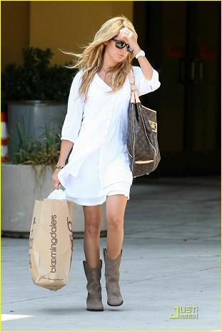 Ashley Tisdale se pasa de nuevo al hippie