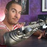 Este asombroso brazo para tatuar demuestra que las prótesis no tienen porque ser aburridas