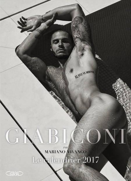 Baptiste Giabiconi sube la temperatura en Instagram al posar desnudo para un nuevo calendario