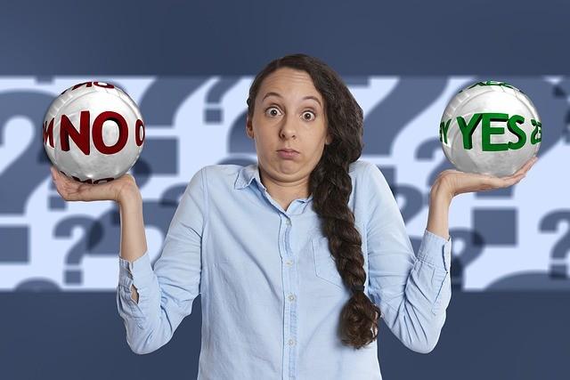 Chica sujetando dos bolas en una dice no y en la otra sí.